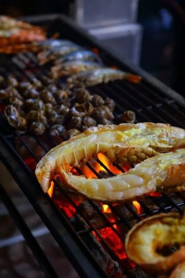 Grilling process of delicious seafood